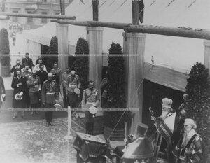 Император Николай II на торжественном богослужении по поводу закладки  новых  казарм  полка.