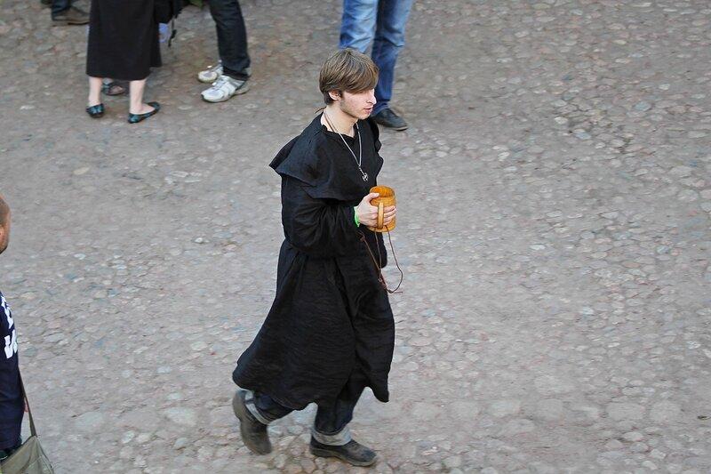 монах в чёрной рясе с деревянной кружкой - фестиваль «Майское дерево 2014»