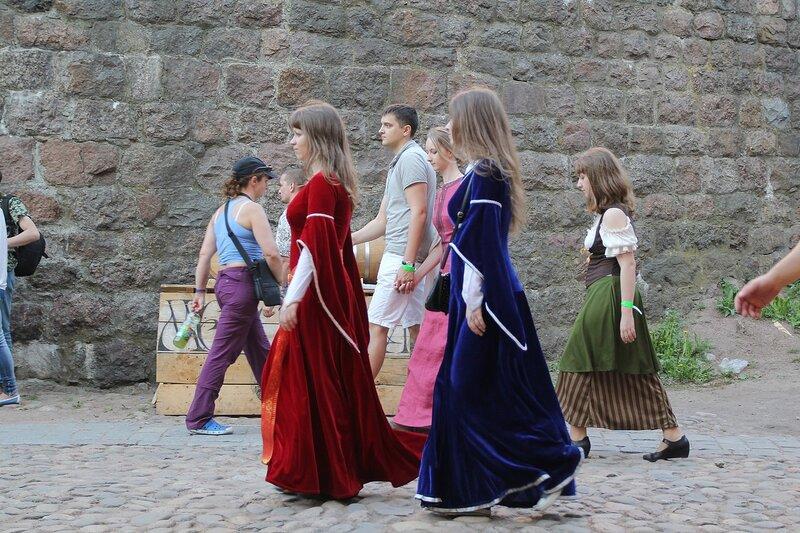 дамы в средневековых нарядах - фестиваль «Майское дерево 2014»