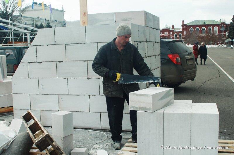 Подготовка к выставке 'Строительство. Отделочные материалы. Дизайн', Саратов, Театральная площадь, 03 апреля 2014 года