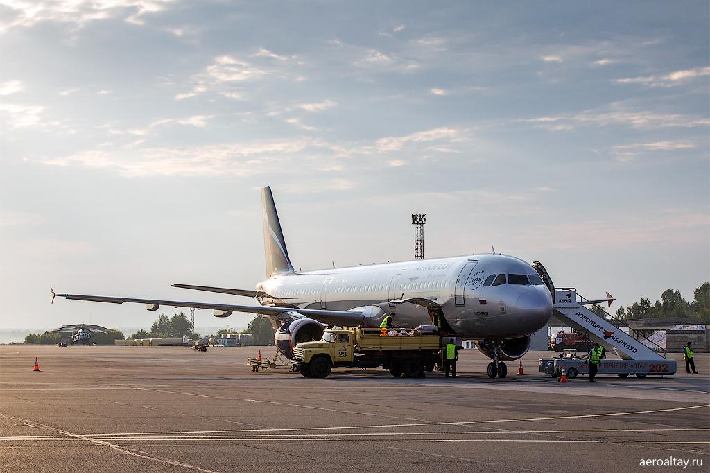 Погрузка багажа на рейс Аэрофлота в Москву в аэропорту Барнаула