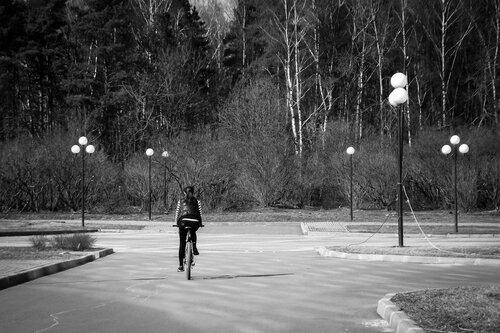 Сюр с одинокой велосипедисткой