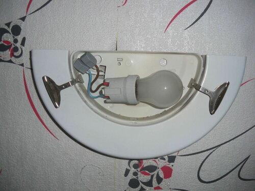 Фото 5. Светильник подключен к стационарной проводке с помощью клеммников «Ваго-222» («Wago-222»).