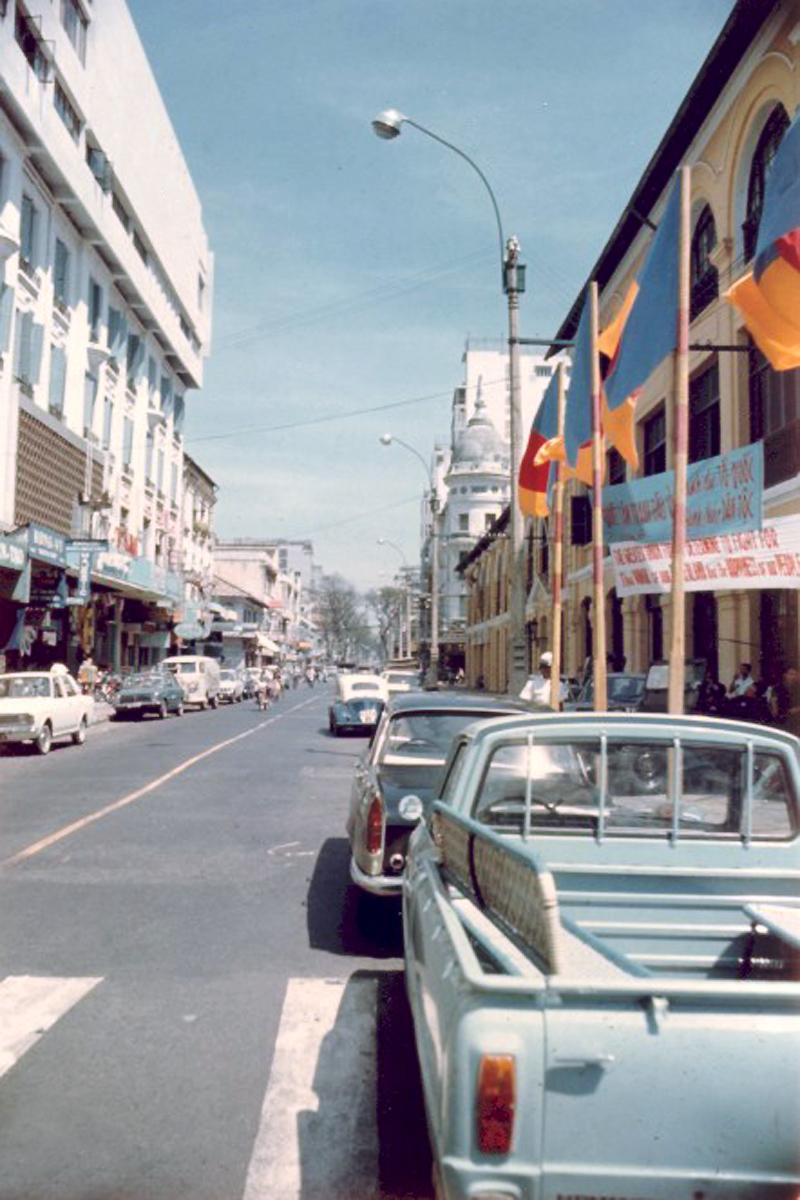 Улица Свободы. Слева - ресторан Maxim's рядом с отелем Majestic