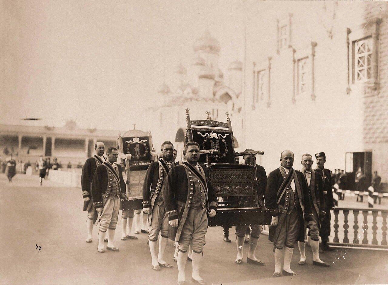 Дворцовые служащие переносят троны из Оружейной палаты в Успенский собор в дни подготовки к торжественной коронации