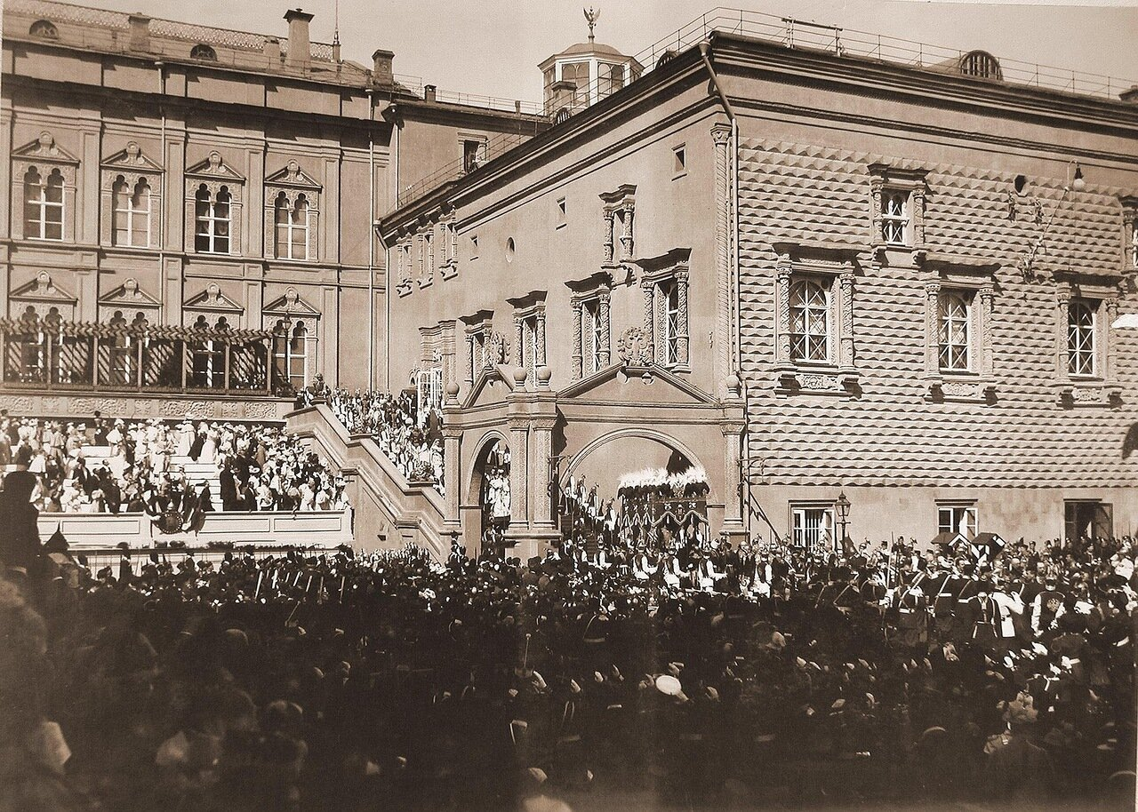 Иностранные принцессы, приглашенные на торжества коронации, спускаются в сопровождении камер-пажей по ступеням Красного крыльца Грановитой палаты вслед за вдовствующей императрицей Марией Федоровной