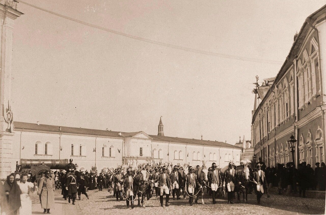 Особый церемониальный отряд, сопровождающий герольдов, направляется из Кремля к горожанам для объявления дня священного коронования