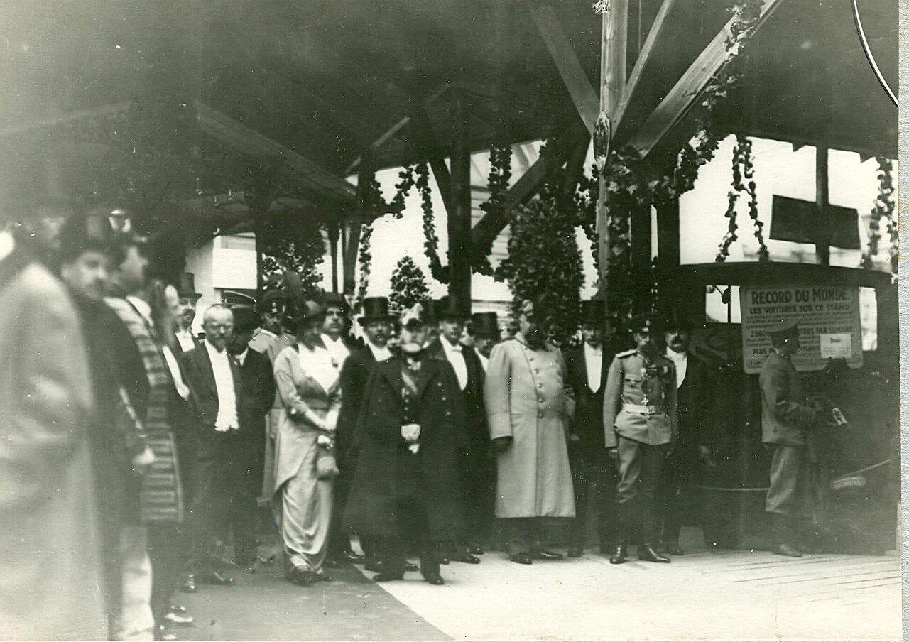 07. Группа посетителей в выставочном зале