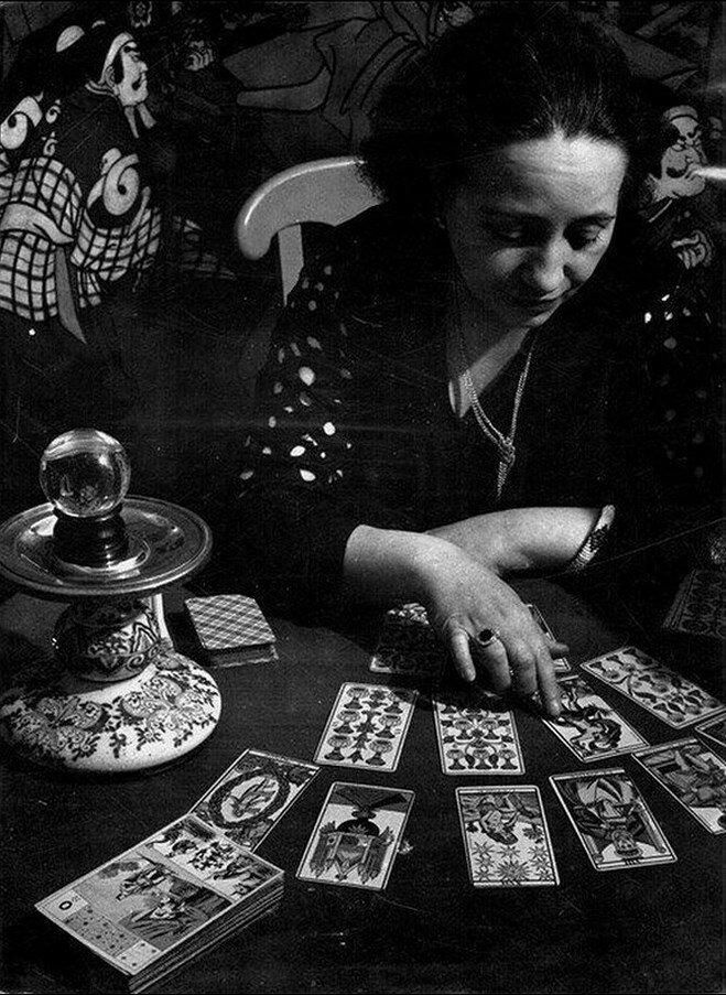 1933. Гадалка