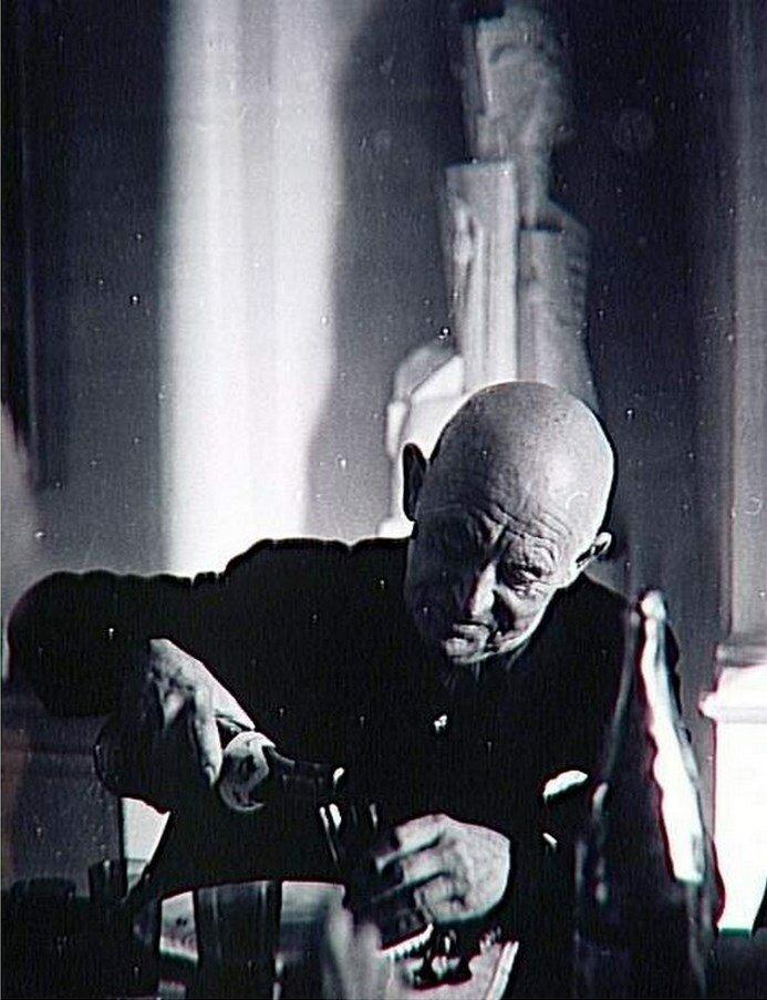 1960. Канвейлер за столом, наливает вино
