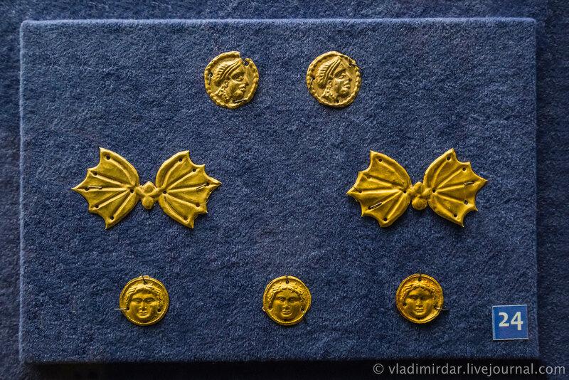 Бляшки с изображением женской головы, бабочек, медузы-горгоны. Золото. IV в до н.э. Станица Ивановская, 1967.