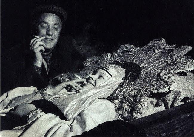 Михаил Жаров и Людмила Целиковская во время перерыва на съемках эпизода смерти царицы Анастасии в фи