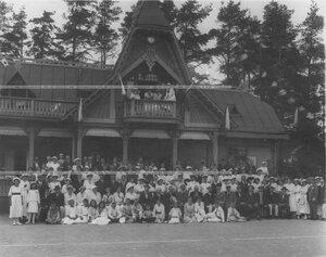 Группа игроков у здания Лахтинского лаун-теннис клуба Клеверный листок