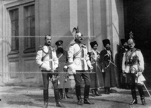 Группа офицеров полка (слева направо) полковник Владимир Федорович Козлянинов, ротмистр граф Петр Александрович Бенкендорф и поручик Евгений Евгеньевич Гедройц.