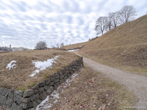 Бастионы крепости уже избавились от снега, но траву ещё не обновили.