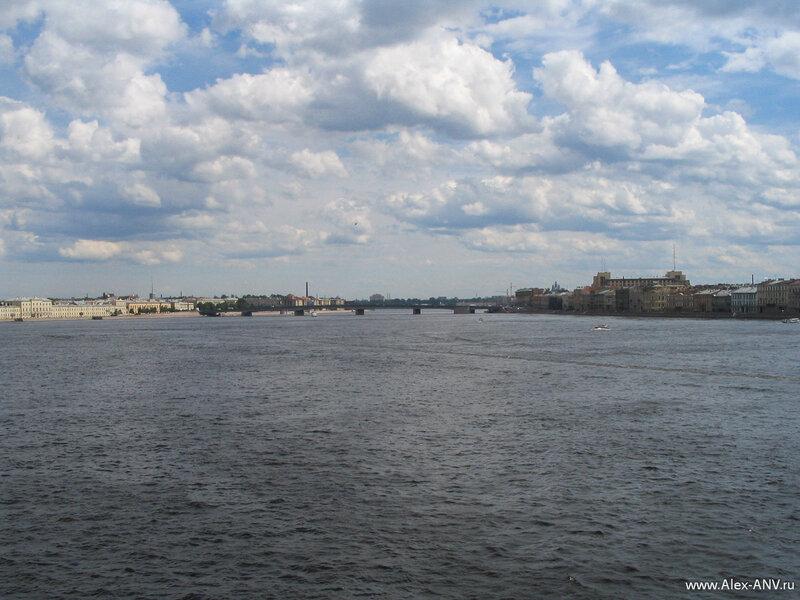 Литейный мост. Слева торчит шпиль Финляндского вокзала, а справа виднеется крыша Большого дома