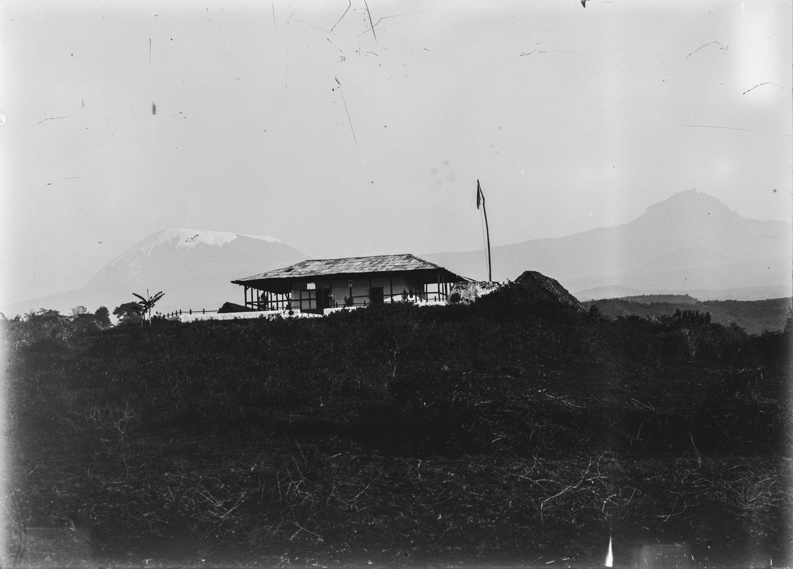 158. Станция немецкого общества Восточной Африки (ДОАГ) в Марангу. На заднем плане массив Килиманджаро с Кибо (слева) и Мавензи (справа)