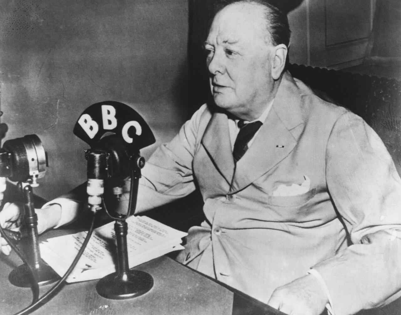 1943. Уинстон Черчилль выступает по радио во время посещения Белого дома. Вашингтон, округ Колумбия, США.