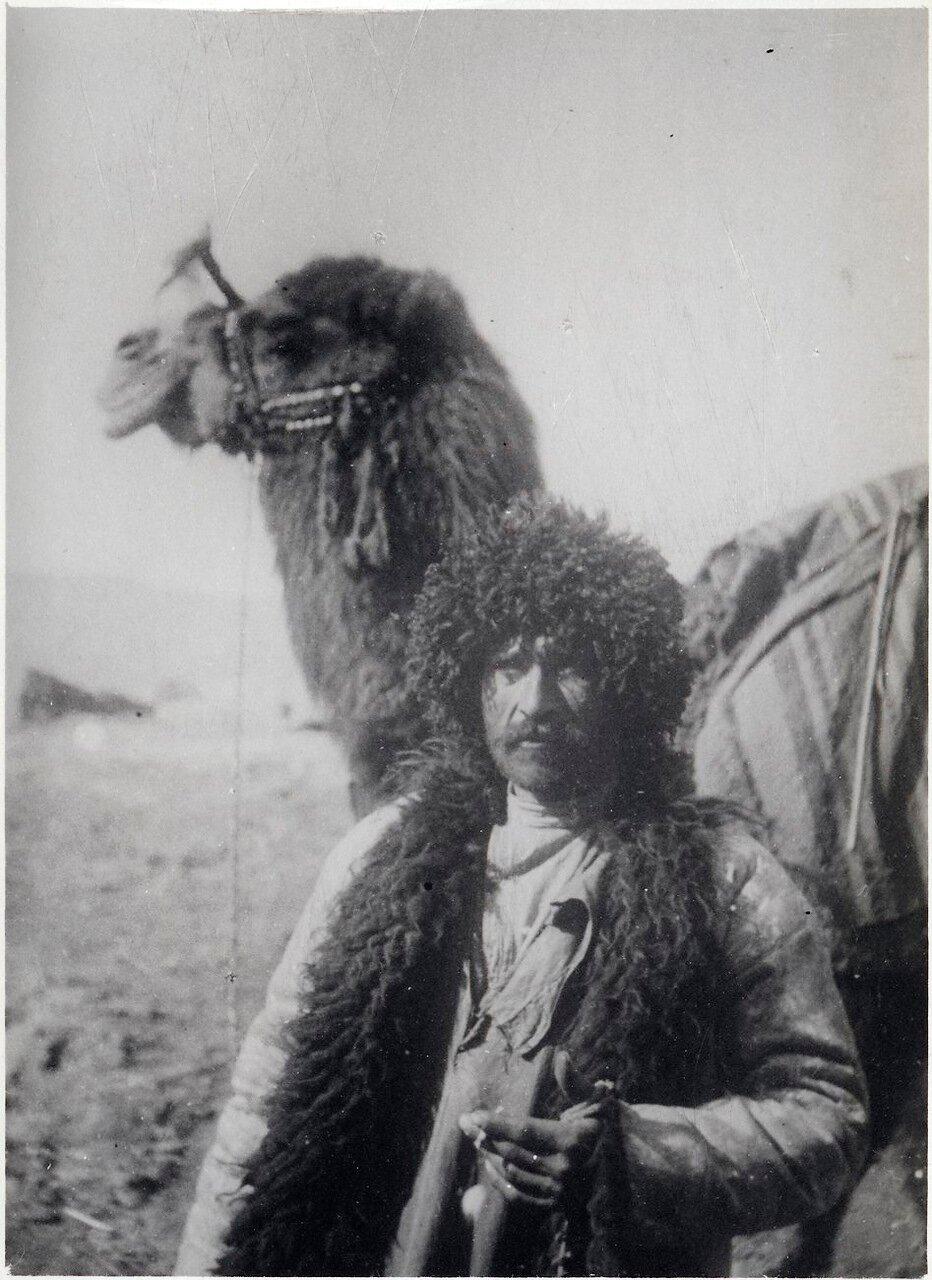 Человек с верблюдом в степях к западу от Баку