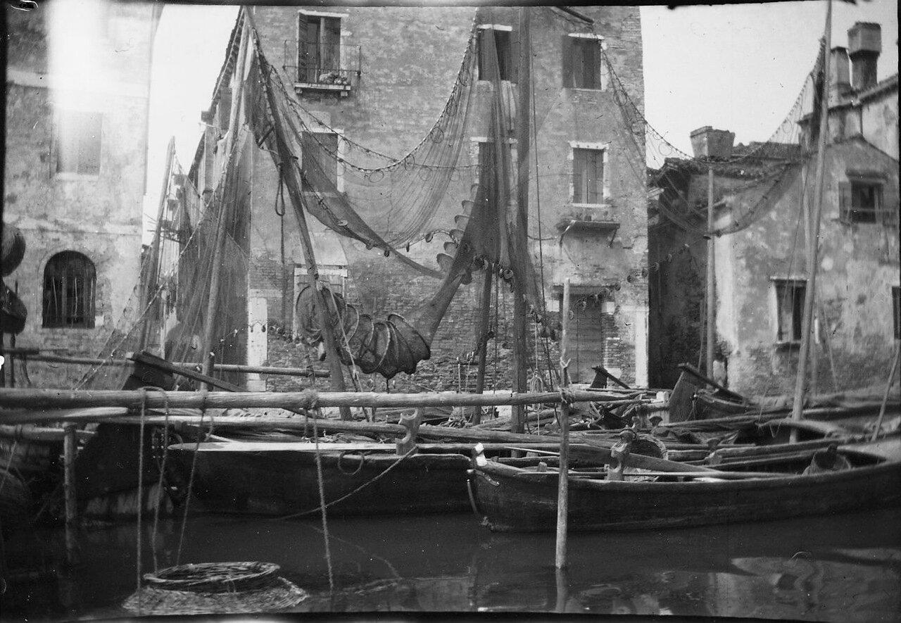 1900. Гавань с сохнущими рыболовными сетями