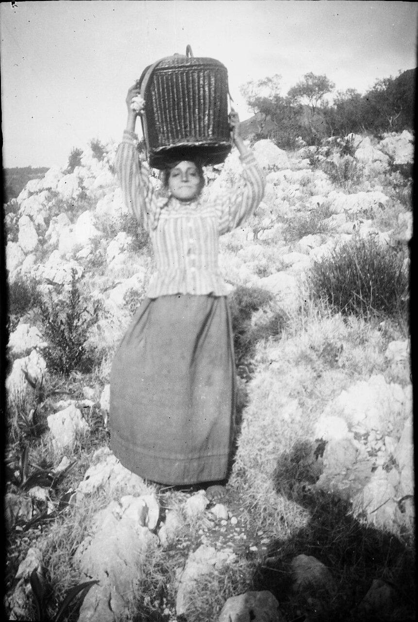1900. Девушка с корзиной