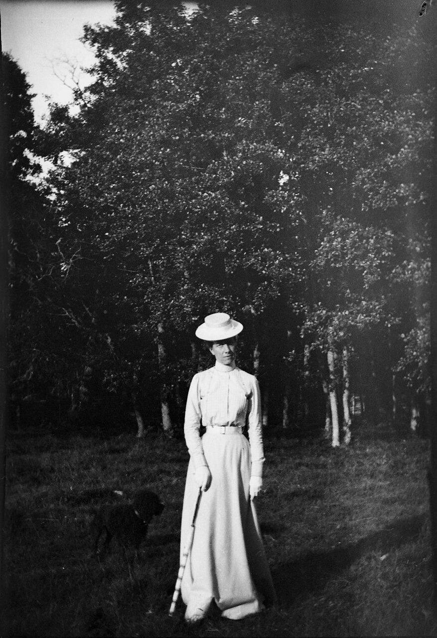 1900. Королева Виктория во время прогулки с одним из ее пуделей