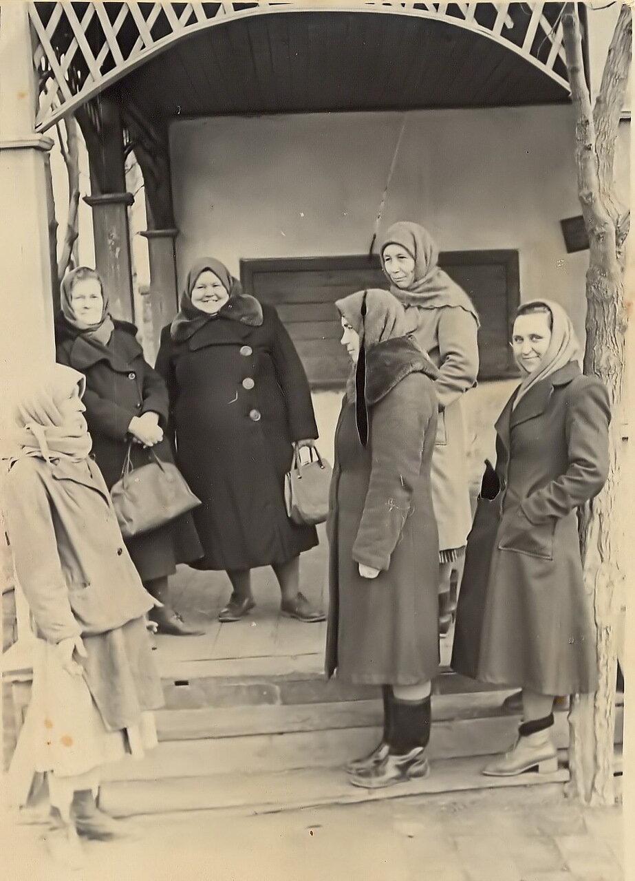 1950. В ожидании открытия магазина