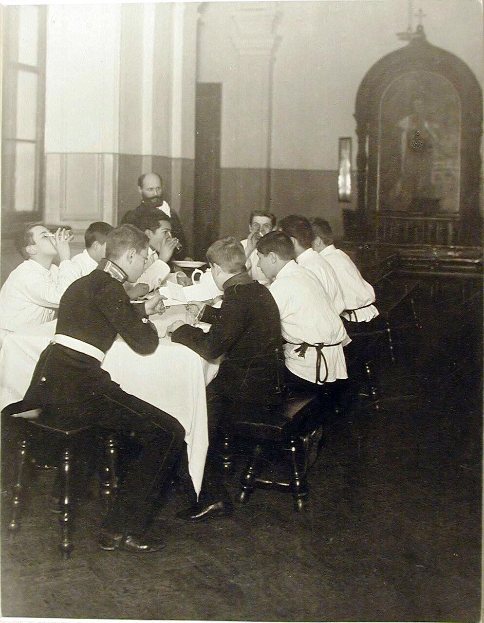 06. Группа воспитанников во время вечернего чая