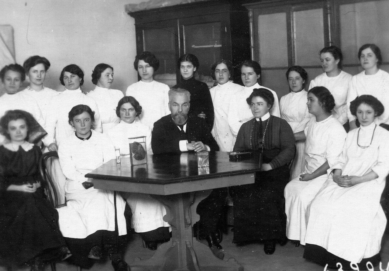 Группа слушательниц женского медицинского института с преподавателем в аудитории