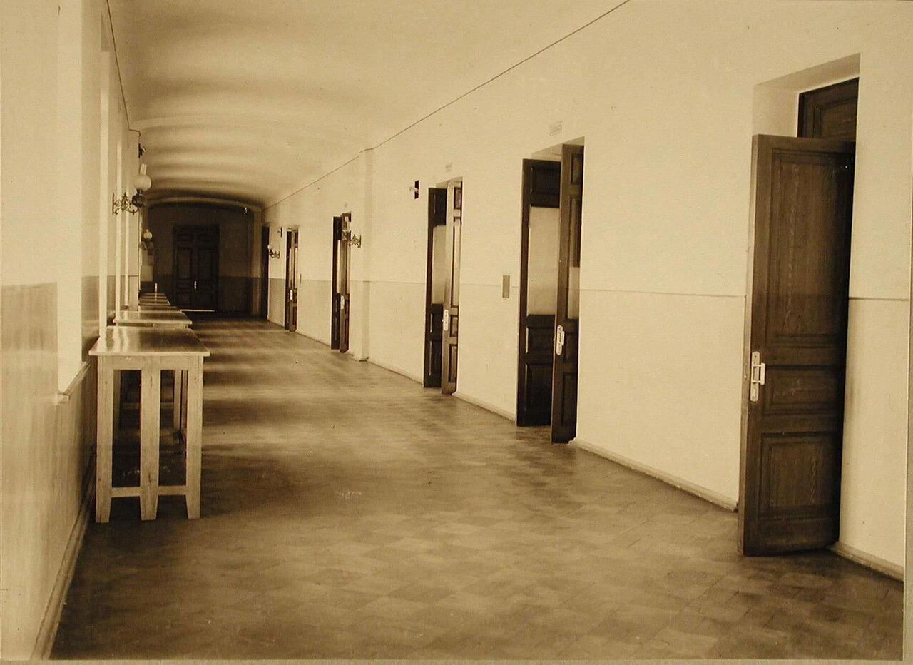 15. Вид части одного из коридоров училища, куда выходят классы младших учеников