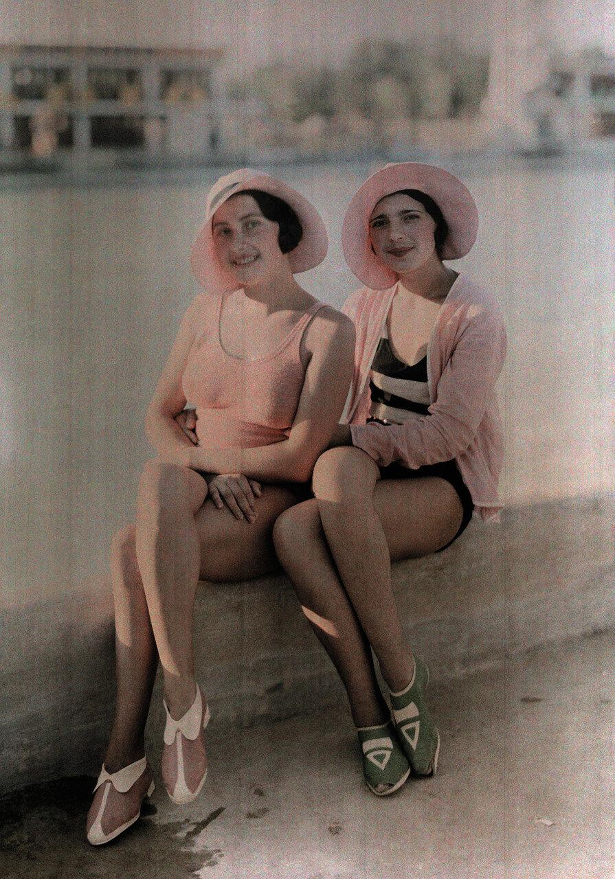 1930. Румыния. Две девушки в купальниках сидит на бетонном выступе в Бухаресте