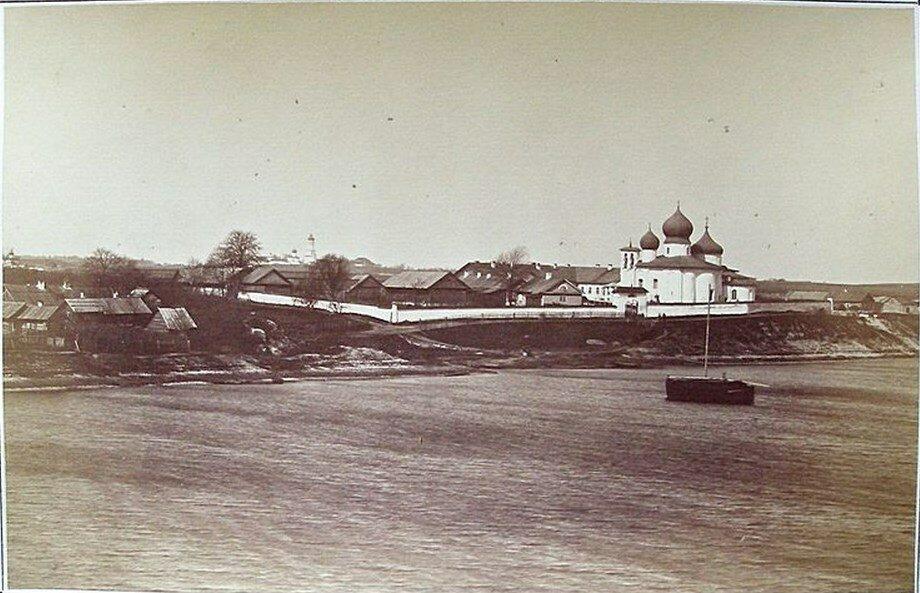 Вид на бывший Иоанновский женский монастырь с противоположного (правого) берега реки Великой. 1890-е