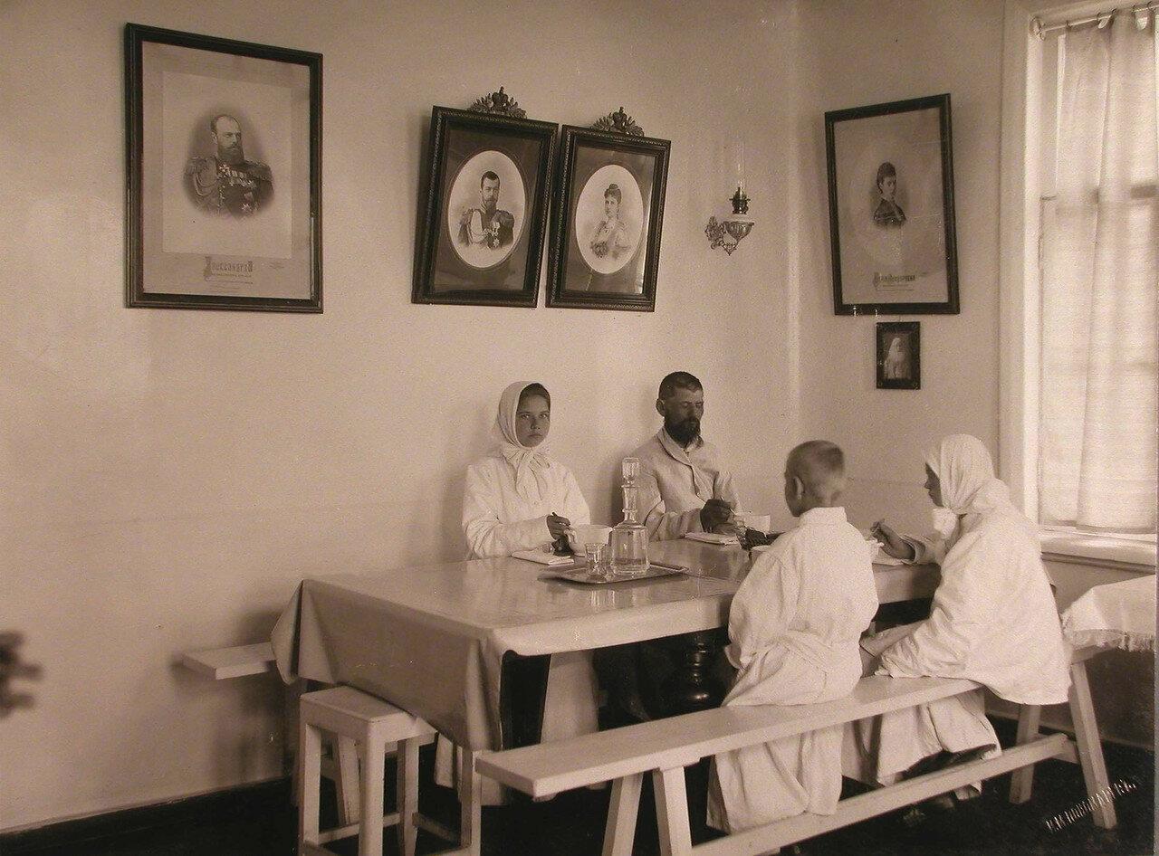 37. Группа больных за обедом в столовой больницы
