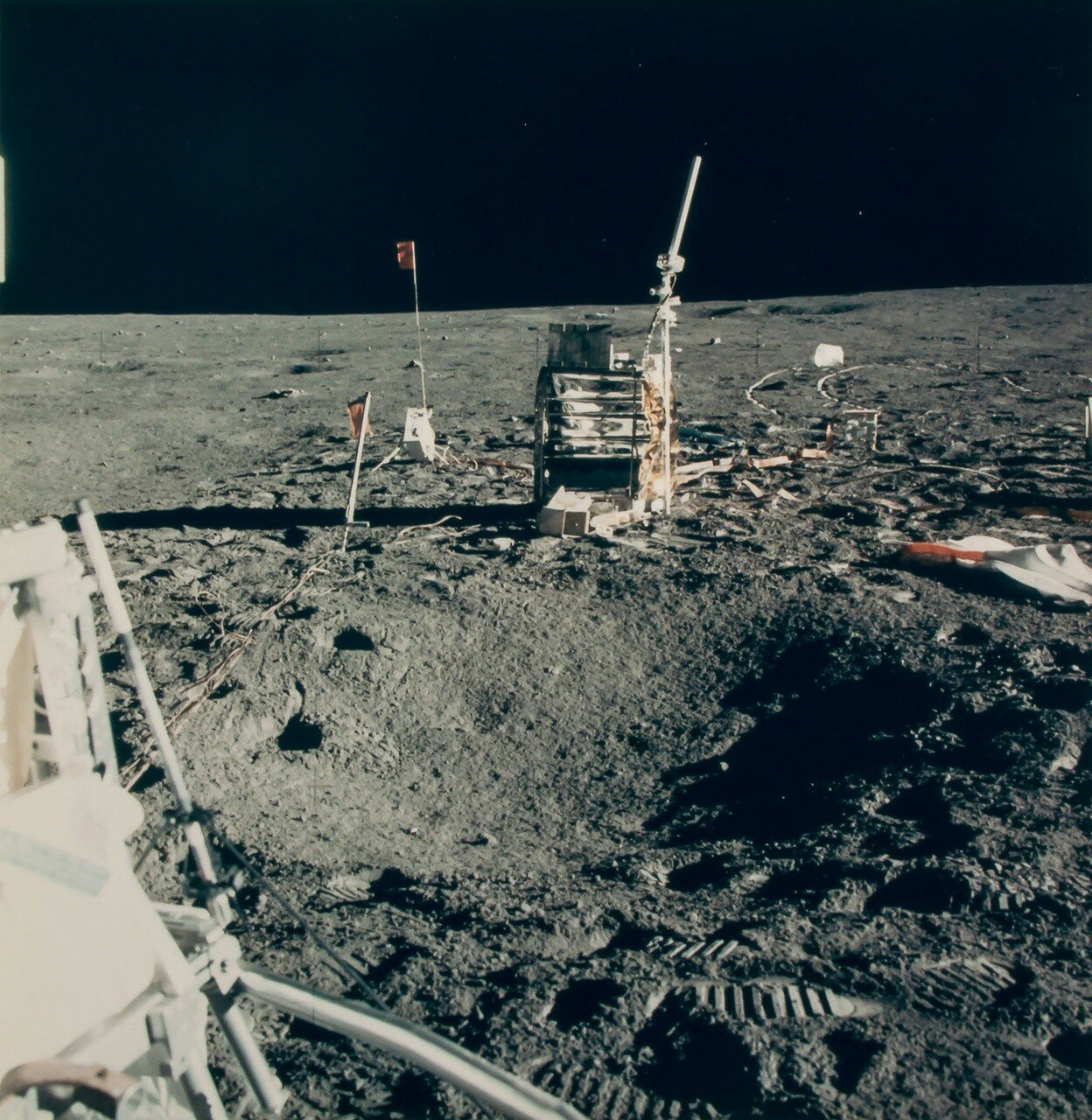 В 135 часов 32 минуты полётного времени астронавты достигли лунного модуля. На снимке: Лунный базовый лагерь