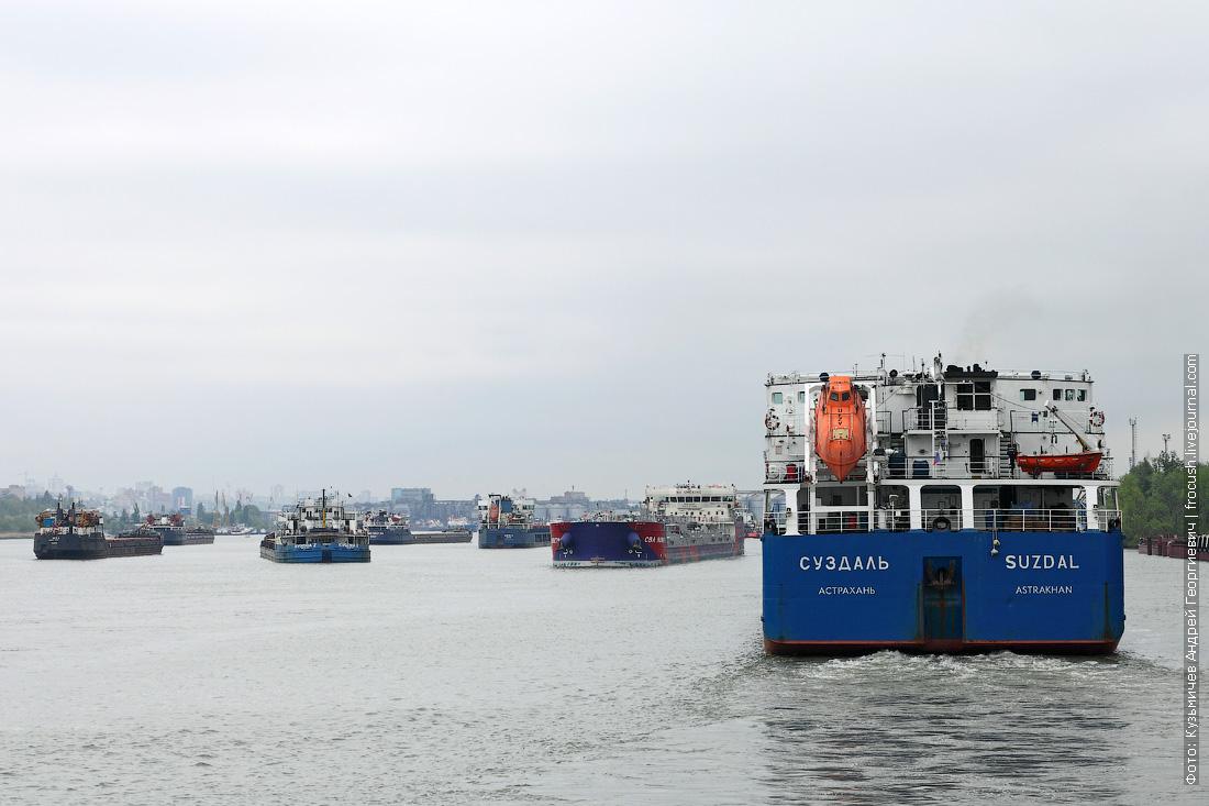 скопление грузового флота ниже железнодорожного моста в Ростове-на-Дону