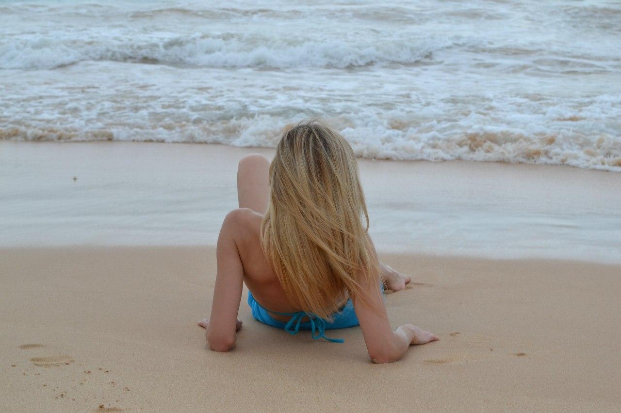 blondinku-okolo-basseyna
