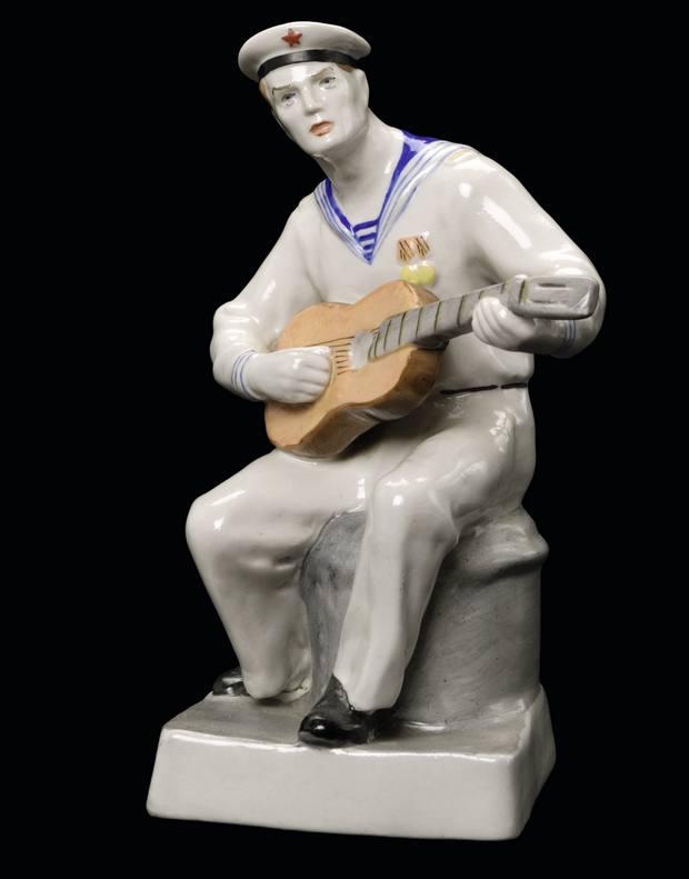Матрос с медалями, играющий на гитаре.jpg