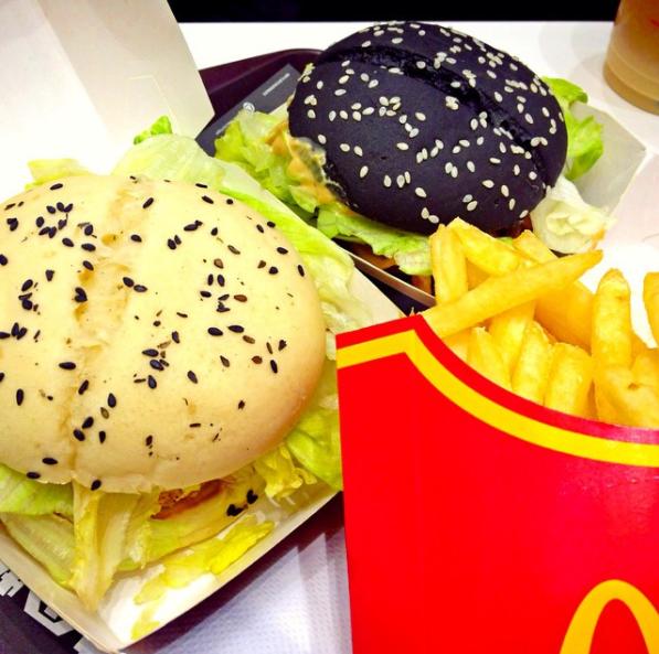 Гонконг: черно-белые бургеры (Black and White Burgers) Черный бургер стал таким, вероятно, из-за доб