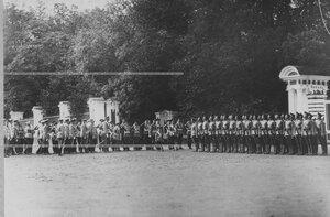 Император Николай II и цесаревич Алексей в сопровождении свиты обходят подразделения полка во время парада полка.