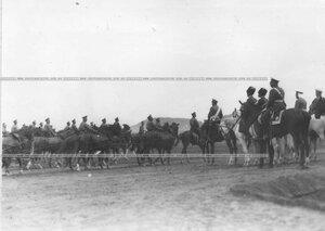 Император Николай II в сопровождении конвойцев и офицеров бригады в поле на летних маневрах бригады.