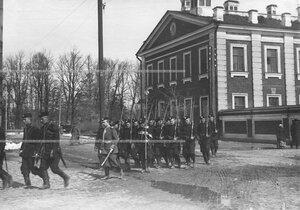 Знаменный взвод 1-ого стрелкового  батальона на фоне казарм лейб-гвардии Гусарского Его Величества полка.