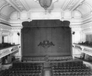 Сцена и часть зрительного зала.