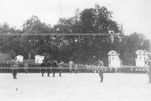 Колонна участников парада проходит мимо императора Николая II.