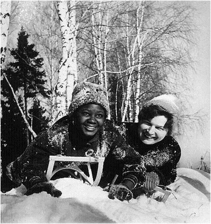 В.В.Терешкова на зимнем отдыхе с подругой из Африки