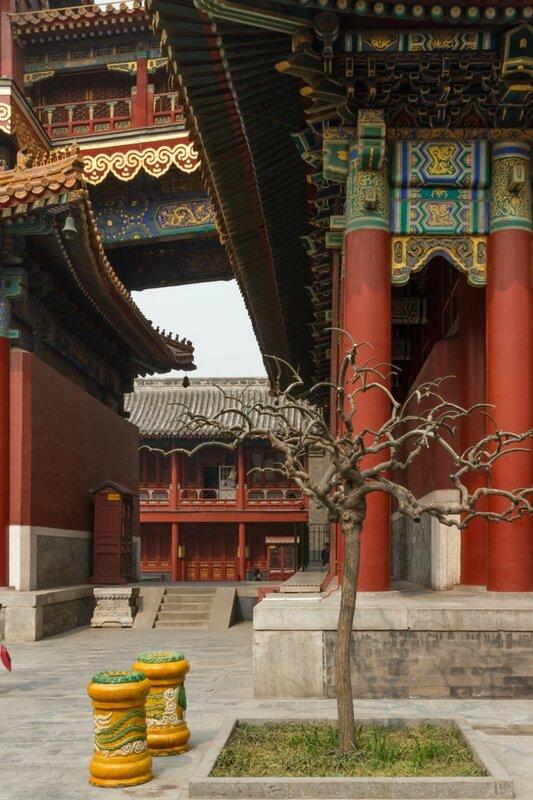 Проход между зданиями, монастырь Юнхэгун, Пекин
