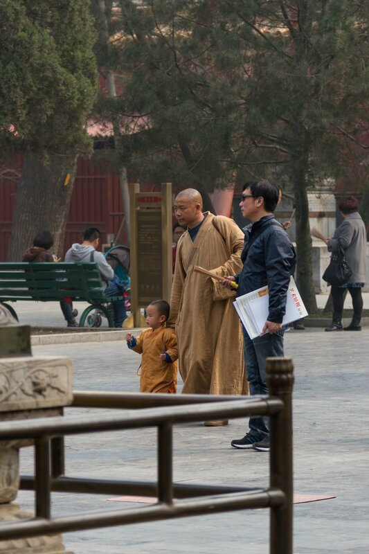 Монах с ребенком, монастырь Юнхэгун, Пекин
