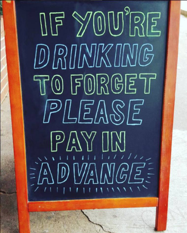 Quand une illustratrice aide un bar avec ses pancartes humoristiques