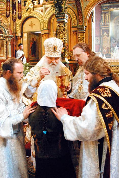 Епископ Липецкий и Елецкий Никон причащает мирян