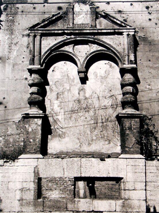 Остатки росписей на алтарной стене Архангельского храма