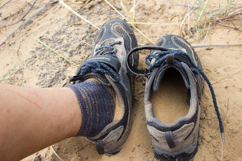 при прогулке по пустыне песок насыпается в ботинки
